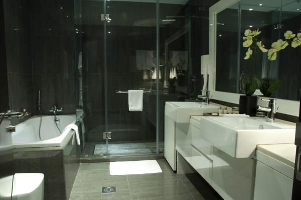 bathroom-of-executive-suite